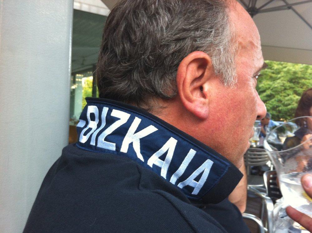 Gustavo, argentino ,con su polo de Bizkaia de Llévame contigo by Triza 21