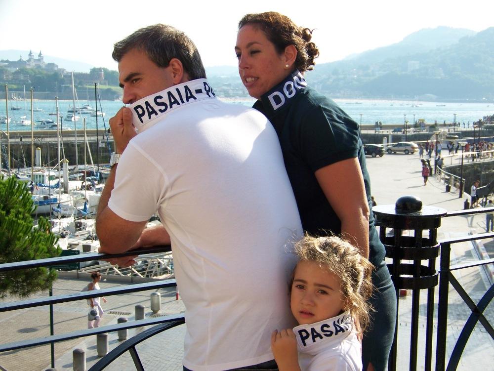 Judith, Irene y Eneko luciendo el polo Donostia y Pasajes de Llévame contigo by Triza 21